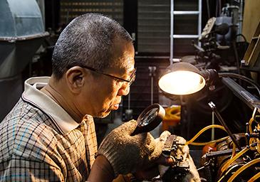 一心に活字を鋳造している張さん (photo credit by Ri Xing Type Foundry)