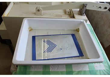 機械で腐食する前に、薄めの硝酸で肌出しをし、水で溶かしたアラビアゴムに浸す。