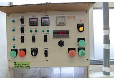 計器盤では、水温度、エッチング液温度、タイマー、パドル速度などが設定できる。
