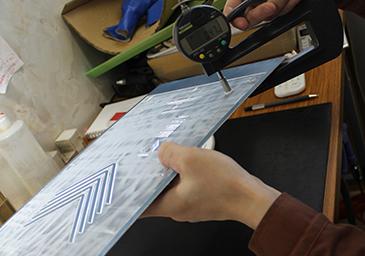 版の厚みを測定し、どれくらい腐食されたかを記録する。