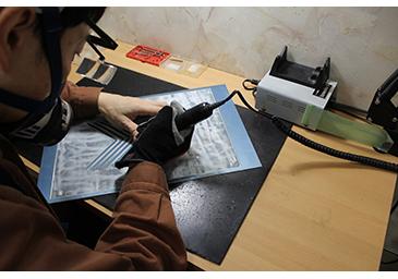 腐食しきれない箇所があればドリルで削る。