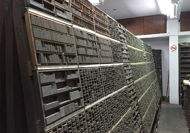 活字棚、膨大な量の活字が整然と並べられている。