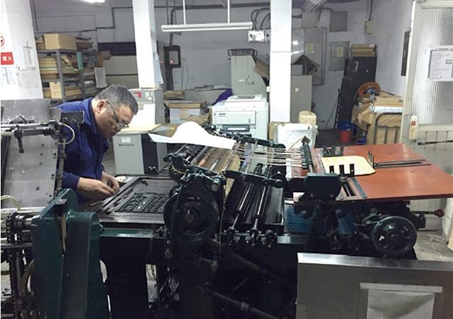 活版印刷中、台湾鉄道局が使う用紙を印刷している様子