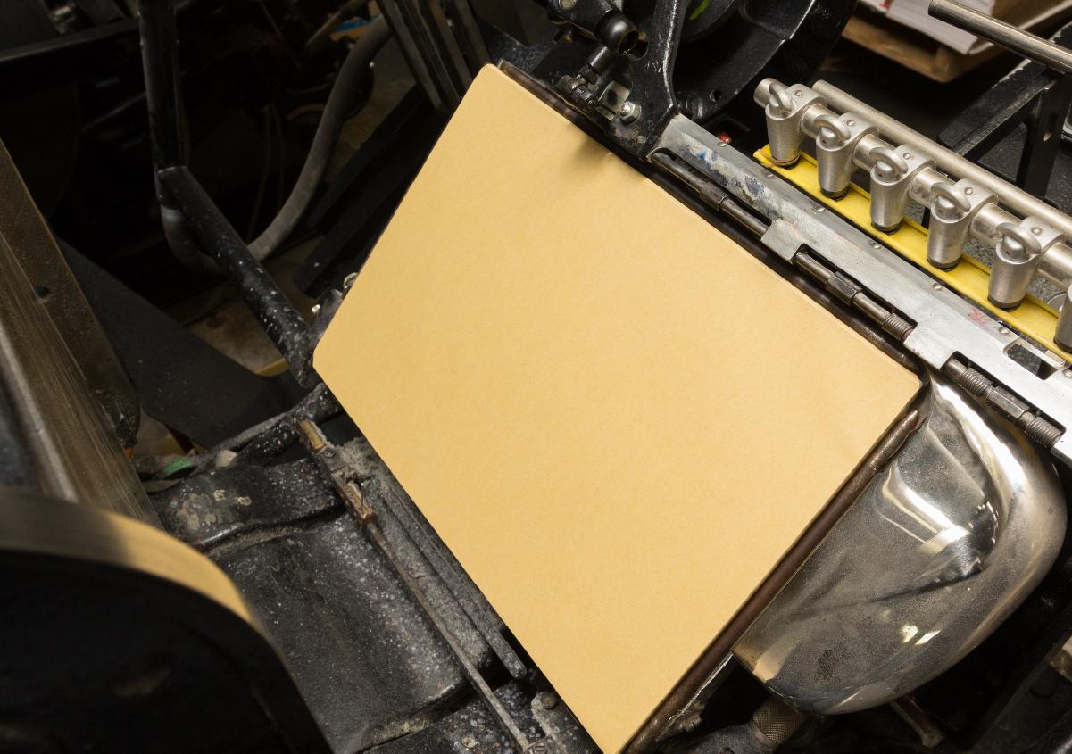 (写真11)プラテン印刷機にセットされた胴張用紙。