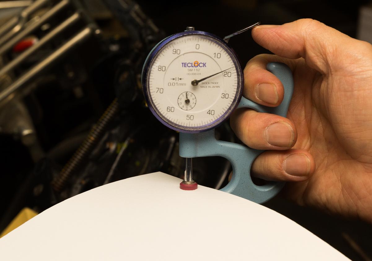 (写真13)用紙の厚みを計測しているところ。