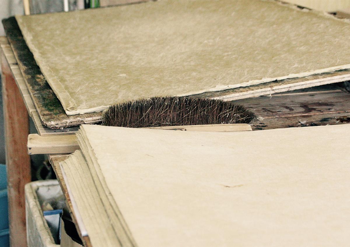大蛇の胴体になる和紙「蛇胴紙(ジャドウシ)」。楮の皮を丸ごと使うので、緑がかった茶色をしています。 - 西田和紙工房