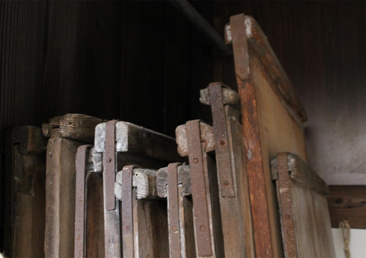 ヒノキで補強された小口 | 干し板のお話 - 紙ノ余白 | 活版印刷研究所