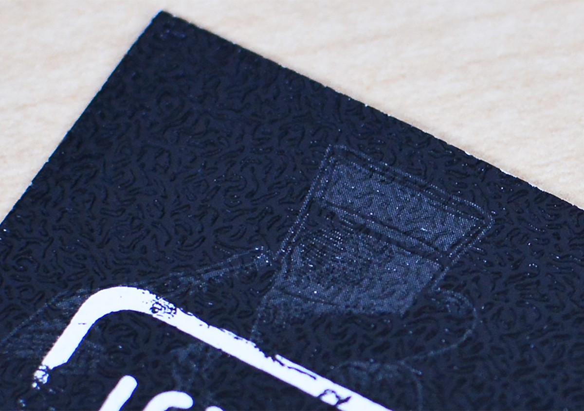 (写真3)やや光沢のある紙に、細かい水紋のエンボスが施されたショップカード。薄く印刷されたショットグラスのイラストも面白い。 | 第6回「デザインエッセンスとしてのエンボス加工」 - 池ヶ谷紙工所 | 活版印刷研究所