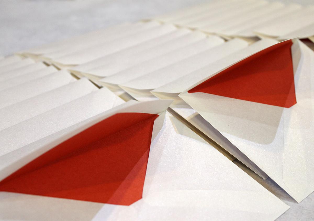 朱色の裏打ちで結婚式の招待状のお仕立てに。 | 仕立ての話「裏打ち」 - 紙の余白 | 活版印刷研究所