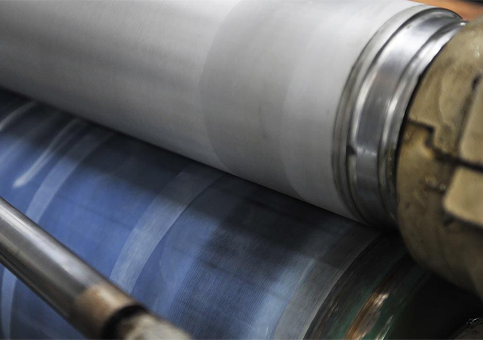 (写真6)トレーニング中の写真。下のセットしたペーパーロールに水をかけて柔らかくし、空回しをして上ロールの柄を転写している。 | 第7回「トレーニングについて 前編」 - 池ヶ谷紙工所 | 活版印刷研究所