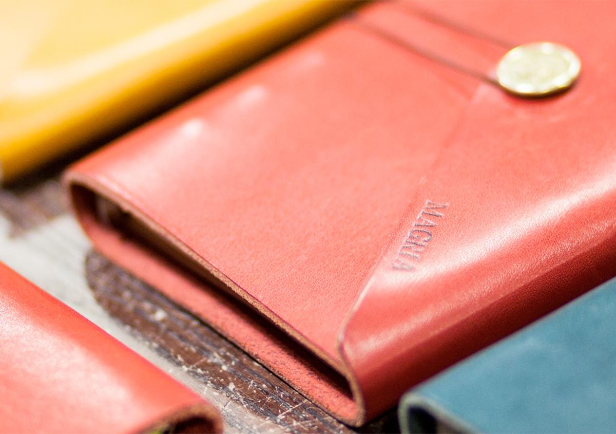 写真:活版革製品「tete」シリーズ(拡大) | 【活版クリエイター紹介 vol.9】活版で届ける、心躍るエンターテイメント - 啓文社印刷工業 | 白須美紀 | 活版印刷研究所