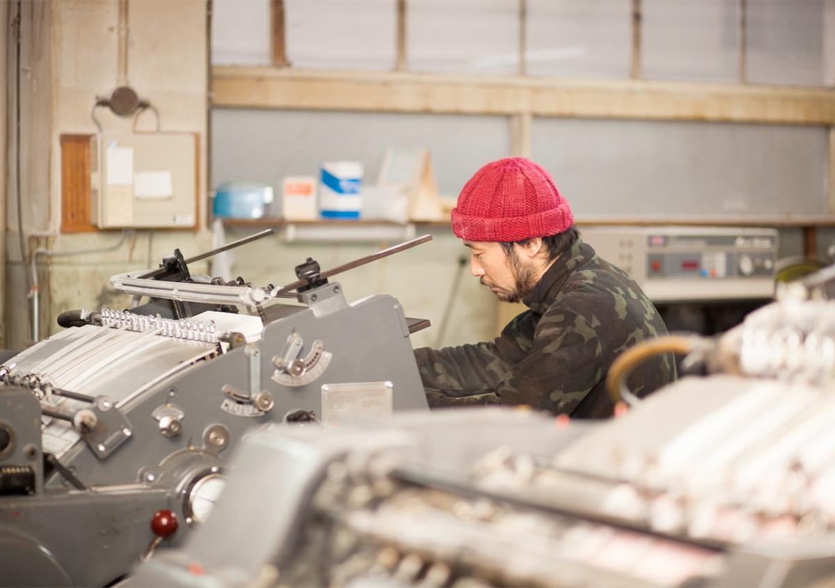 写真:安達真一さん作業風景 | 【活版クリエイター紹介 vol.9】活版で届ける、心躍るエンターテイメント - 啓文社印刷工業 | 白須美紀 | 活版印刷研究所