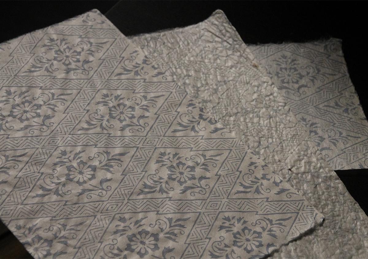 上から三椏紙、雁皮紙、楮紙に藤色雲母摺り文様は唐長「花菱文」 | 三椏紙の話 - 紙の余白 | 活版印刷研究所