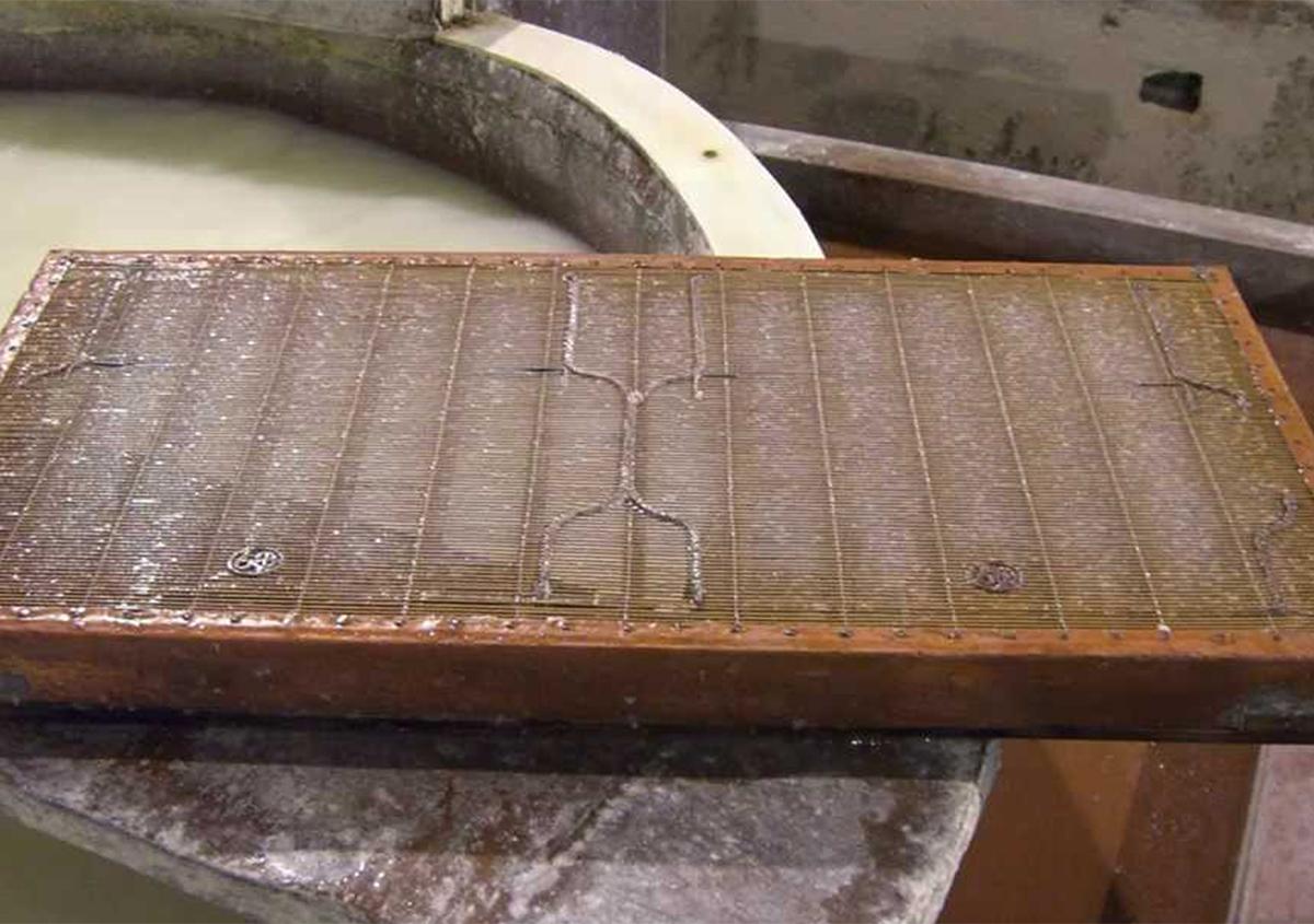 透かしマークのついてる封筒用の漉桁(すきけた)。漉いた紙に耳が自然に付く。 | 最も歴史のあるイタリア製紙工場 - ファブリアーノ社(Fabriano) - Miki Wang | 活版印刷研究所
