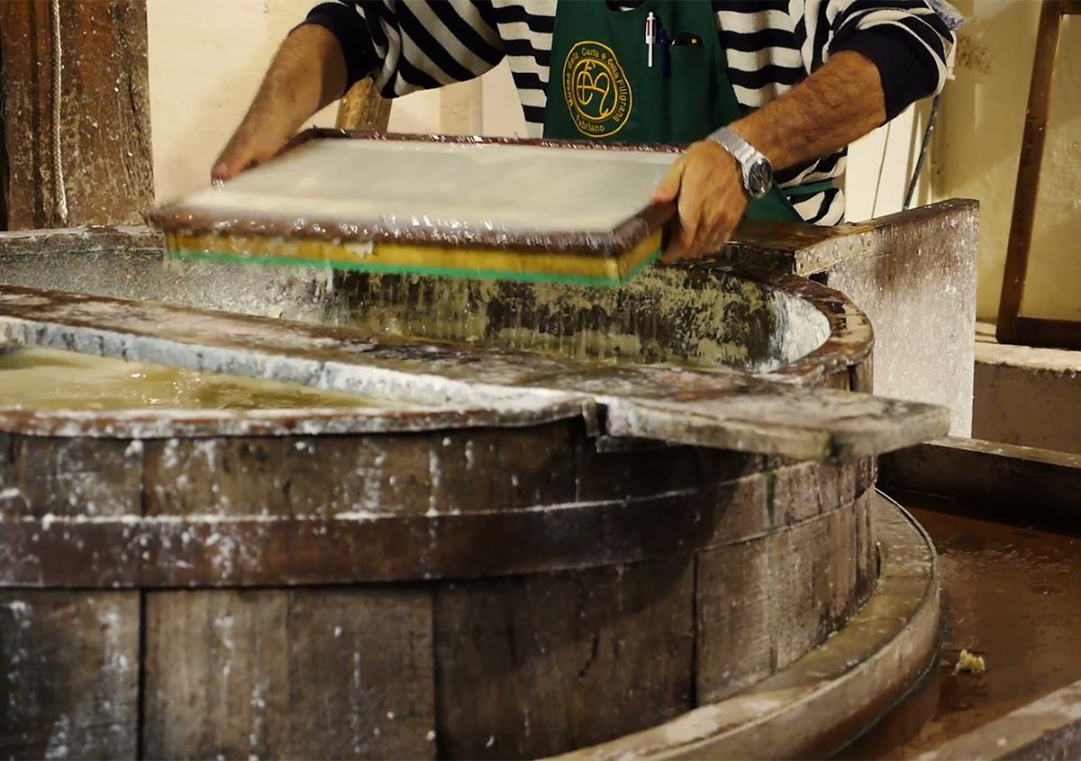 作業の様子:写真 | 最も歴史のあるイタリア製紙工場 - ファブリアーノ社(Fabriano) - Miki Wang | 活版印刷研究所