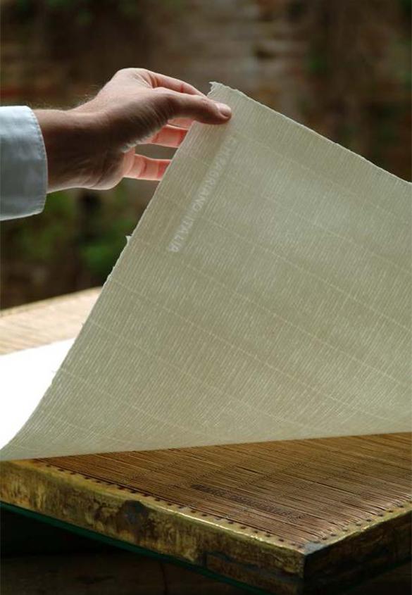 耳付き手漉き用紙、すだれ模様と透かしマーク。 | 最も歴史のあるイタリア製紙工場 - ファブリアーノ社(Fabriano) - Miki Wang | 活版印刷研究所