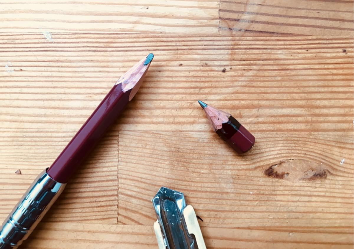 鉛筆フォルダーとちびた鉛筆、削り用のカッターナイフ。 | 文字のある風景⑬ 『原稿用紙と鉛筆』~コピーライター事始~ - 森カズオ | 活版印刷研究所