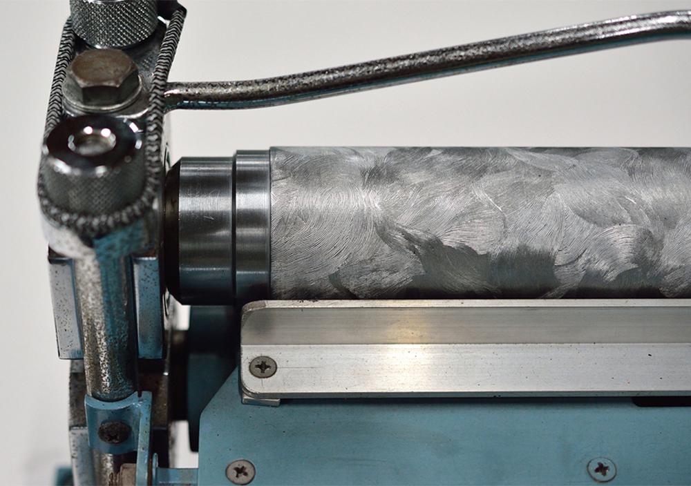 (写真2)光をよく弾く個性的なモアーレ柄。 | 第11回「 ミニエンボス機 の新しい可能性」 - 池ヶ谷紙工所 | 活版印刷研究所