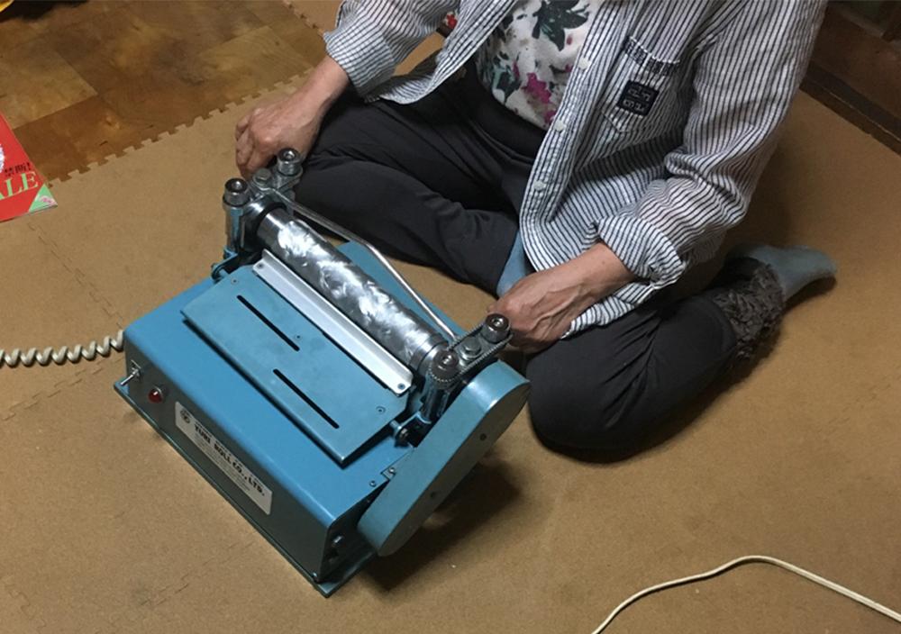 (写真4)運べるミニサイズであることも大きな利点。 | 第11回「 ミニエンボス機 の新しい可能性」 - 池ヶ谷紙工所 | 活版印刷研究所