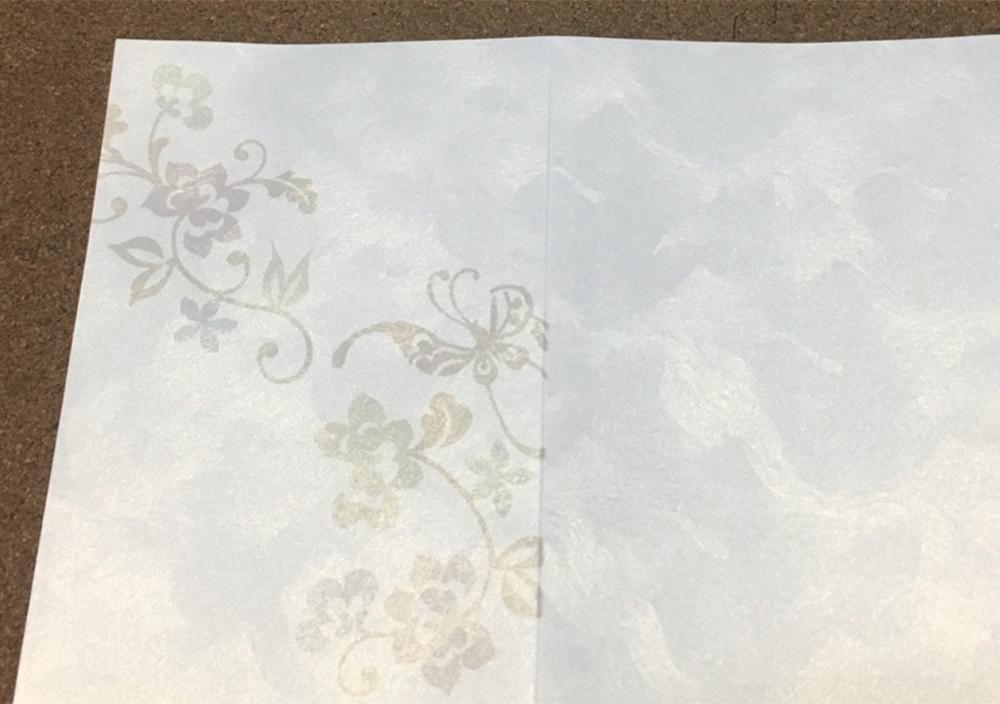 (写真5)結婚式の招待状にエンボスを。パール紙に反射柄がよく映える。 | 第11回「 ミニエンボス機 の新しい可能性」 - 池ヶ谷紙工所 | 活版印刷研究所