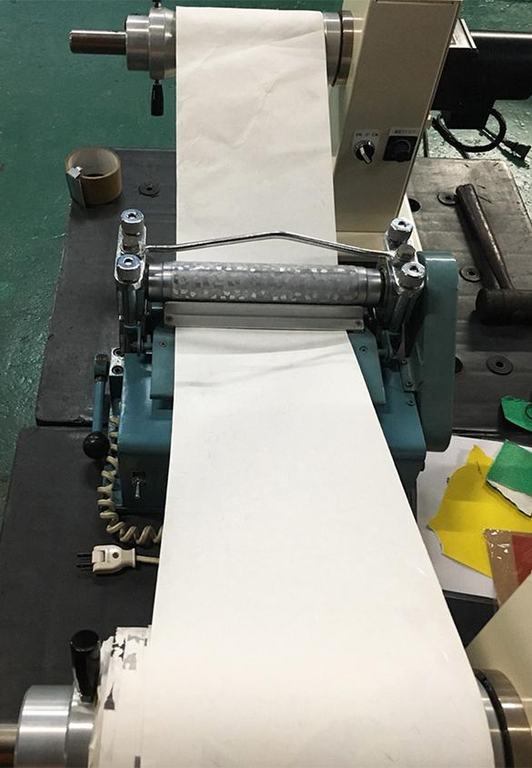 (写真6)ロール・トゥ・ロールでの運用も容易。 | 第11回「 ミニエンボス機 の新しい可能性」 - 池ヶ谷紙工所 | 活版印刷研究所