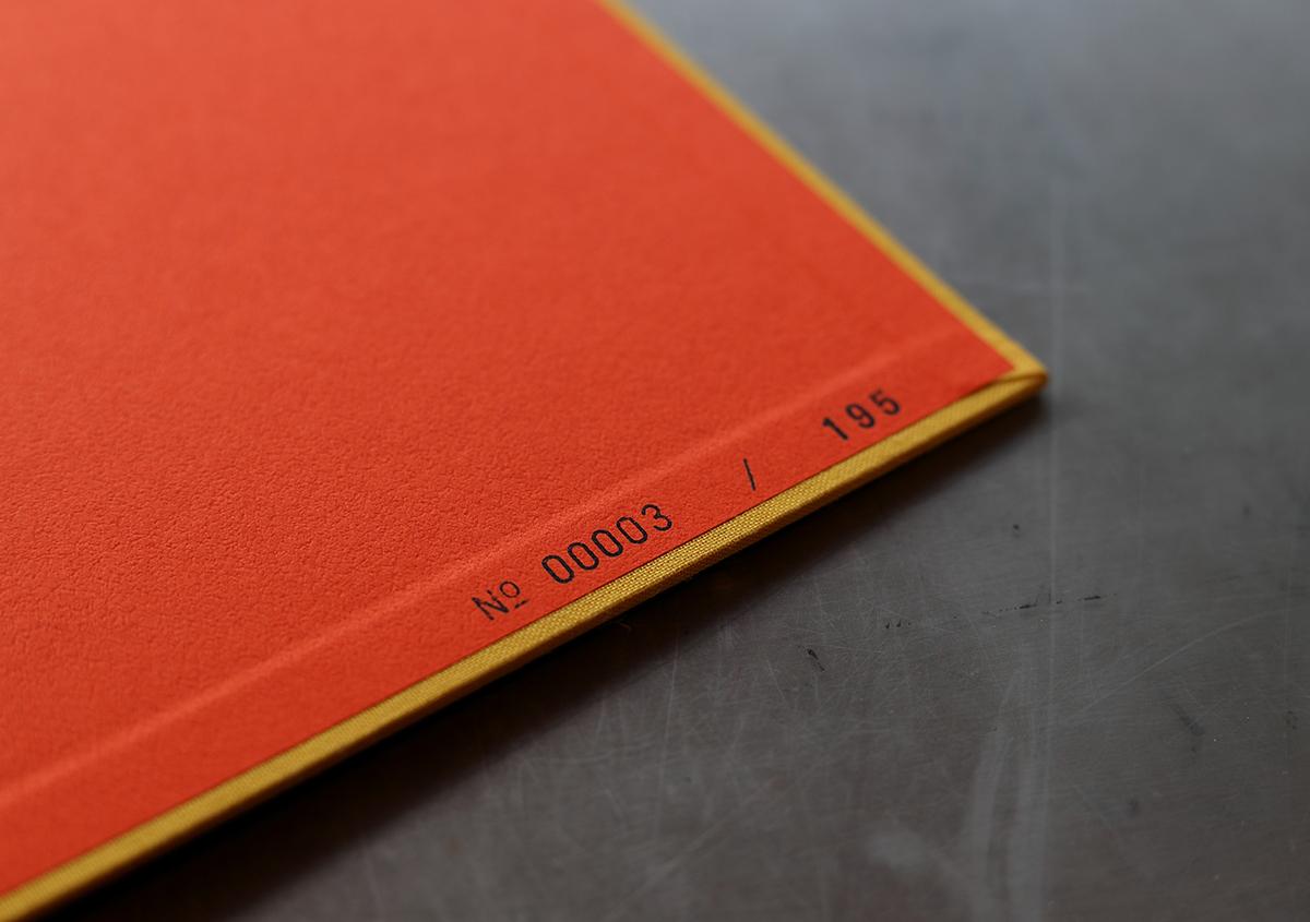 (写真12)初版時のシリアルナンバー(写真12)と増刷時のシリアルナンバー(写真13)。金属活字を使った活版印刷で刷られている。 | 『くままでのおさらい 特装版』が「 世界で最も美しい本コンクール 」銀賞を受賞 - 生田信一(ファー・インク) | 活版印刷研究所