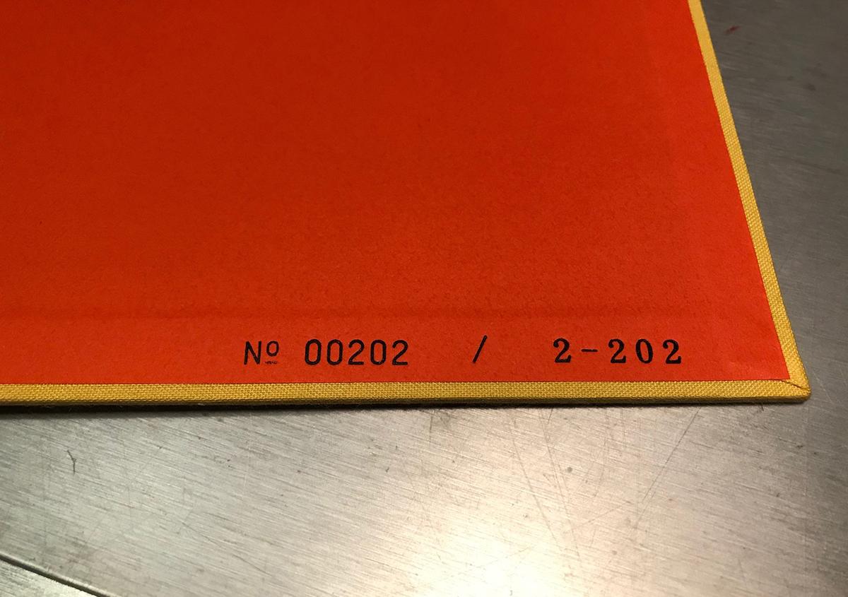 (写真13)初版時のシリアルナンバー(写真12)と増刷時のシリアルナンバー(写真13)。金属活字を使った活版印刷で刷られている。 | 『くままでのおさらい 特装版』が「 世界で最も美しい本コンクール 」銀賞を受賞 - 生田信一(ファー・インク) | 活版印刷研究所