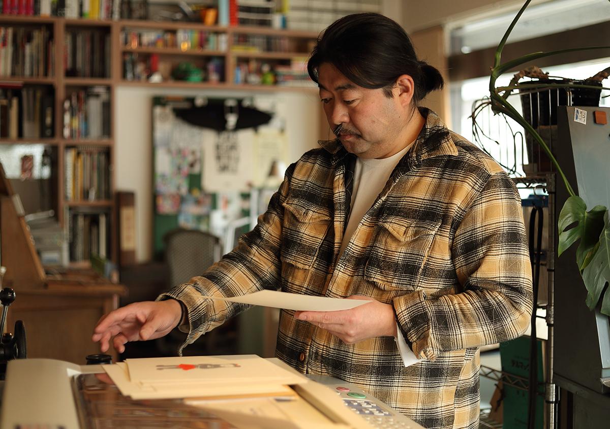 (写真14)印刷風景。店主の中野好雄さんは、デザインのお仕事を手がけながら印刷のお仕事もこなす。毎年夏に開催される活版TOKYOイベントの運営メンバーでもある。 | 『くままでのおさらい 特装版』が「 世界で最も美しい本コンクール 」銀賞を受賞 - 生田信一(ファー・インク) | 活版印刷研究所