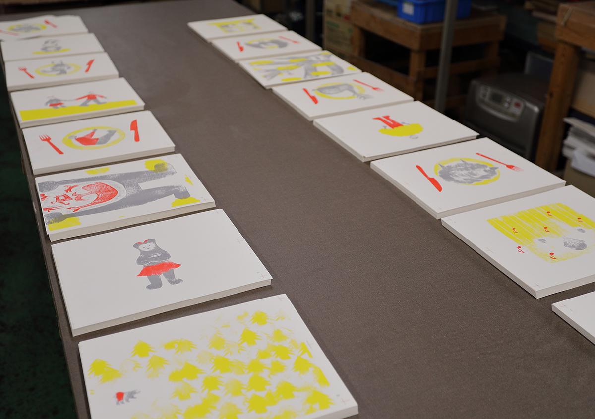 (写真17)丁合作業。印刷された本文ページが並べられ、ページ順に用紙を拾っていく。 | 『くままでのおさらい 特装版』が「 世界で最も美しい本コンクール 」銀賞を受賞 - 生田信一(ファー・インク) | 活版印刷研究所