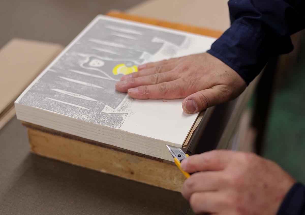 (写真22)寒冷紗を貼った後、カッターで1冊ずつバラします。 | 『くままでのおさらい 特装版』が「 世界で最も美しい本コンクール 」銀賞を受賞 - 生田信一(ファー・インク) | 活版印刷研究所