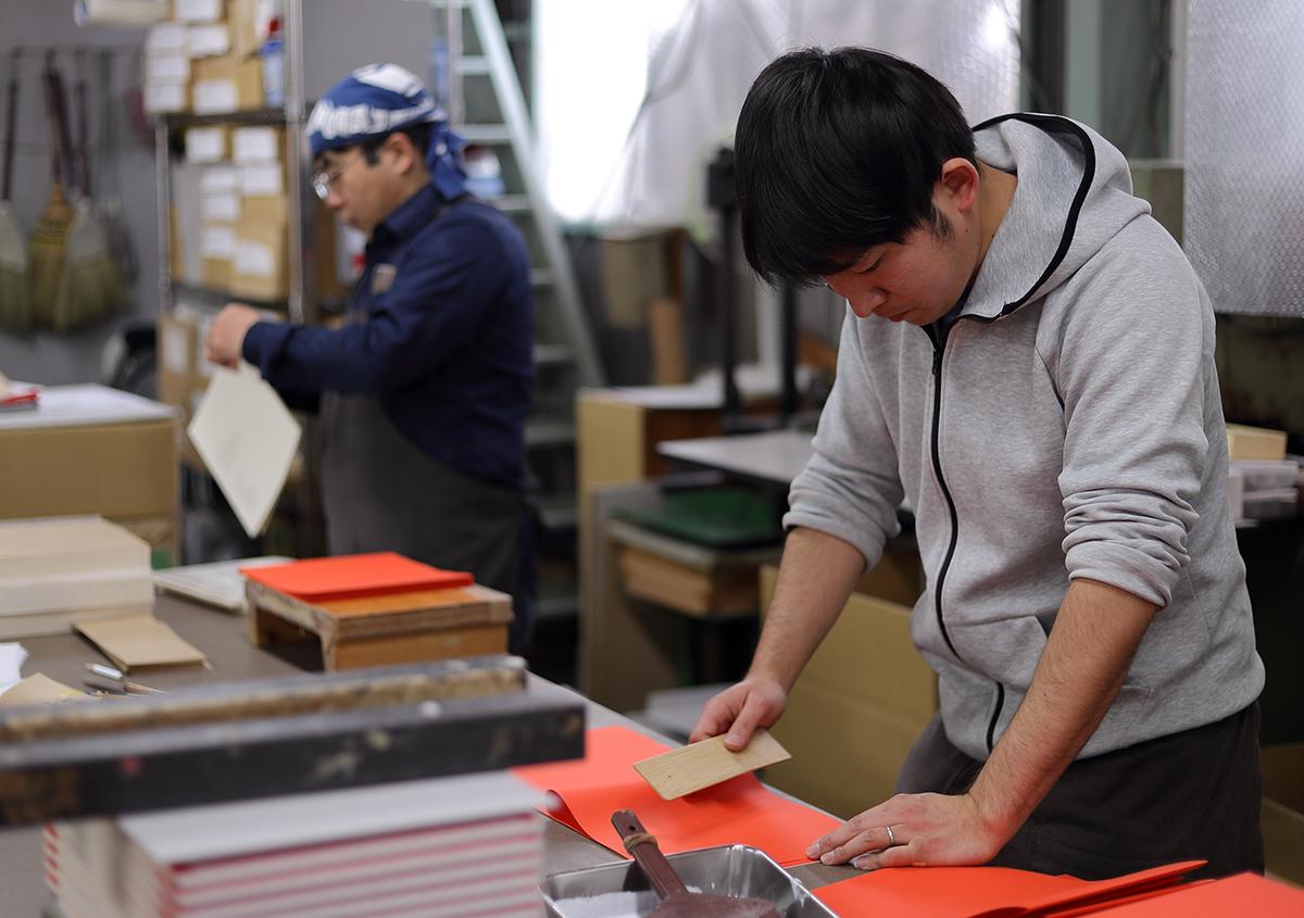 (写真23)見返しを折る作業。 | 『くままでのおさらい 特装版』が「 世界で最も美しい本コンクール 」銀賞を受賞 - 生田信一(ファー・インク) | 活版印刷研究所