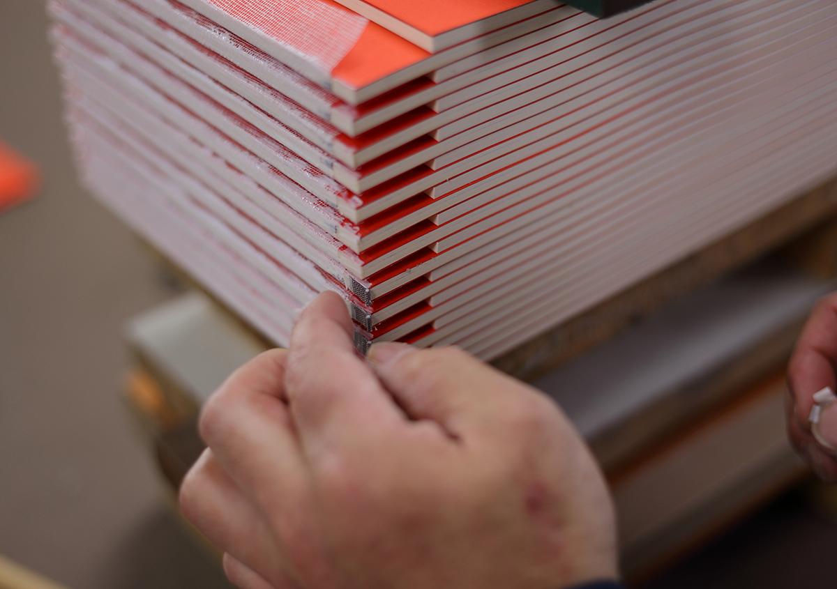 (写真28)花布を付けます。 | 『くままでのおさらい 特装版』が「 世界で最も美しい本コンクール 」銀賞を受賞 - 生田信一(ファー・インク) | 活版印刷研究所