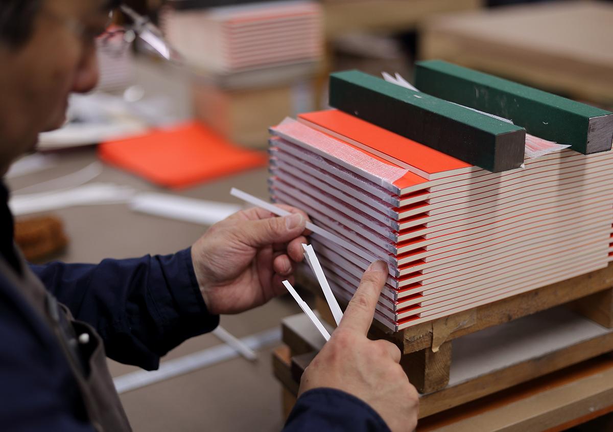 (写真29)背紙を貼る作業。 | 『くままでのおさらい 特装版』が「 世界で最も美しい本コンクール 」銀賞を受賞 - 生田信一(ファー・インク) | 活版印刷研究所