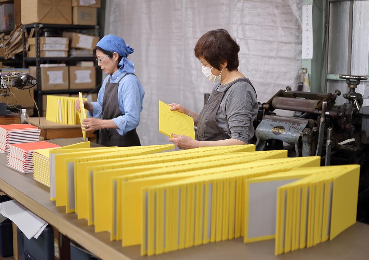(写真30)本文と表紙を合体させ、溝入れを行う。 | 『くままでのおさらい 特装版』が「 世界で最も美しい本コンクール 」銀賞を受賞 - 生田信一(ファー・インク) | 活版印刷研究所