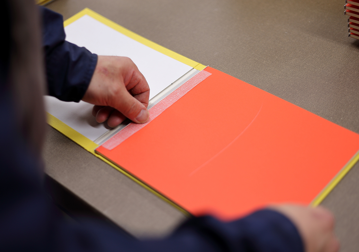 (写真31)本文と表紙を合体させ、溝入れを行う。 | 『くままでのおさらい 特装版』が「 世界で最も美しい本コンクール 」銀賞を受賞 - 生田信一(ファー・インク) | 活版印刷研究所