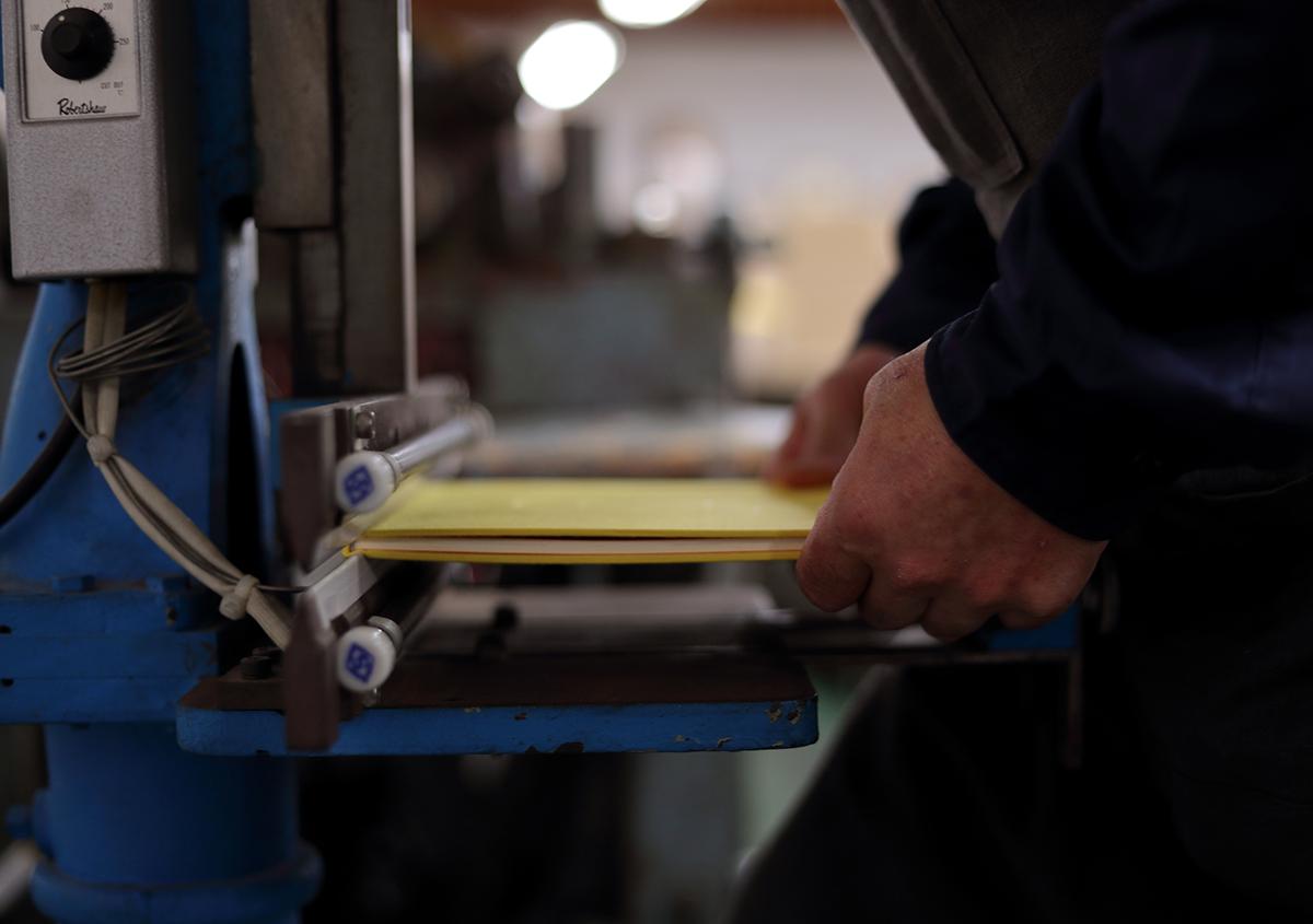 (写真32)本文と表紙を合体させ、溝入れを行う。 | 『くままでのおさらい 特装版』が「 世界で最も美しい本コンクール 」銀賞を受賞 - 生田信一(ファー・インク) | 活版印刷研究所