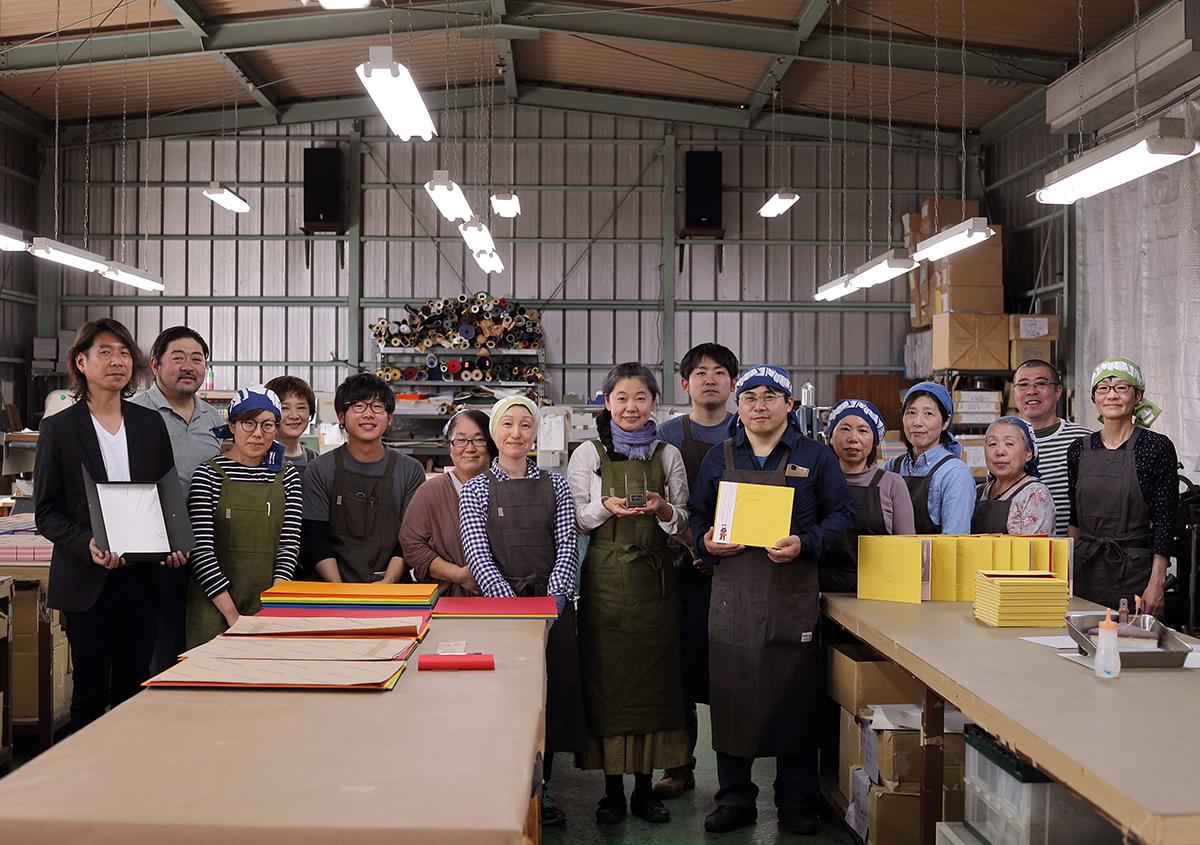 (写真40)美篶堂のスタッフのみなさんとの集合写真。 | 『くままでのおさらい 特装版』が「 世界で最も美しい本コンクール 」銀賞を受賞 - 生田信一(ファー・インク) | 活版印刷研究所