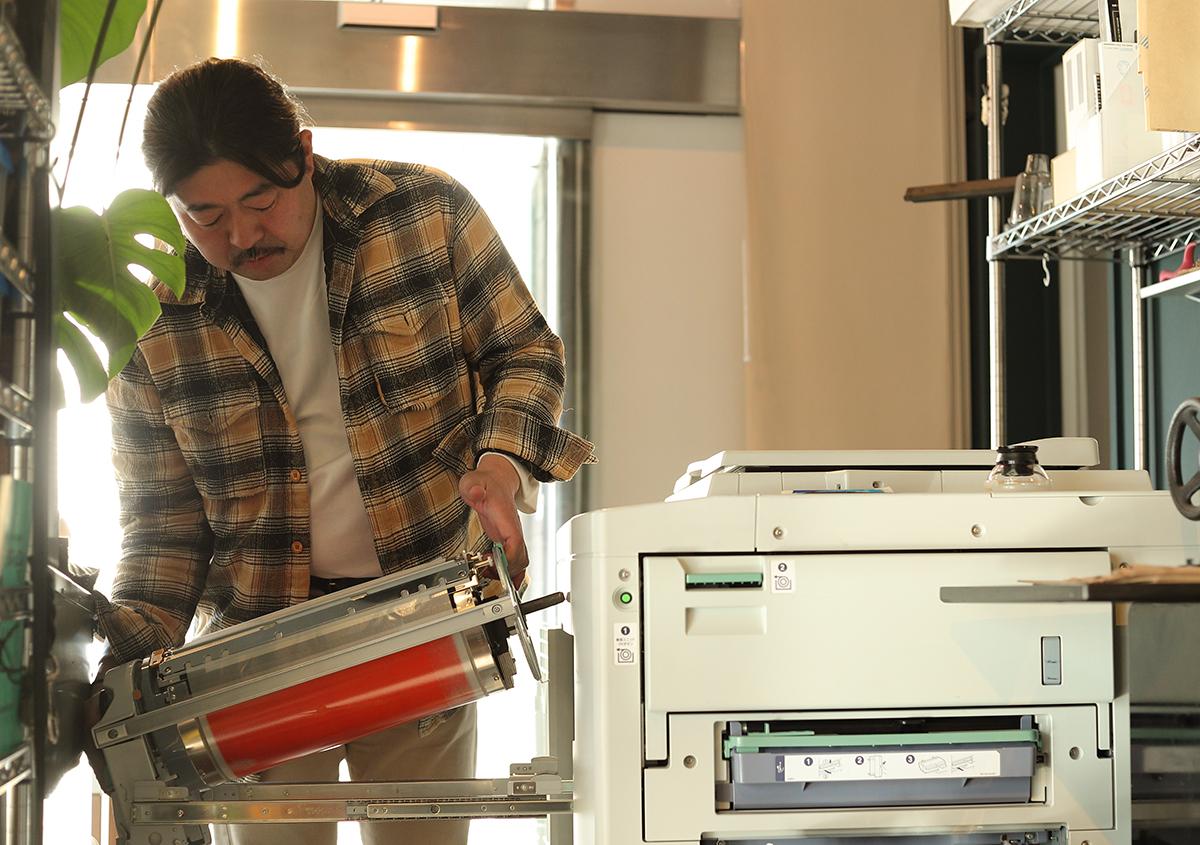 (写真7)中野活版印刷店店主の中野好雄さん。2ドラムのリソグラフ印刷機では、一度に2色を印刷できる。写真はドラムを取り替えているところ。 | 『くままでのおさらい 特装版』が「 世界で最も美しい本コンクール 」銀賞を受賞 - 生田信一(ファー・インク) | 活版印刷研究所