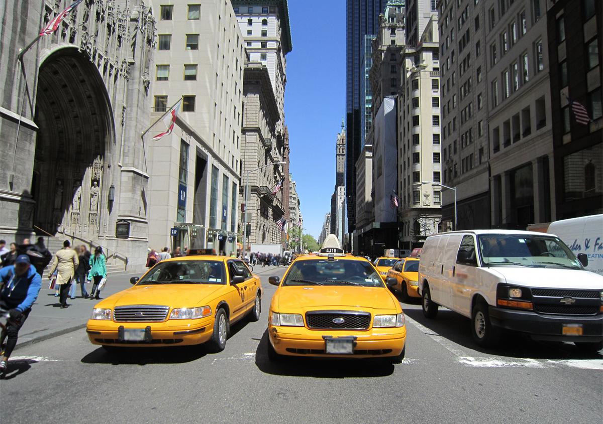 写真:イエローキャブ | 色がもたらす影響や意味合い「 黄色 」 - 三星インキ株式会社 | 活版印刷研究所