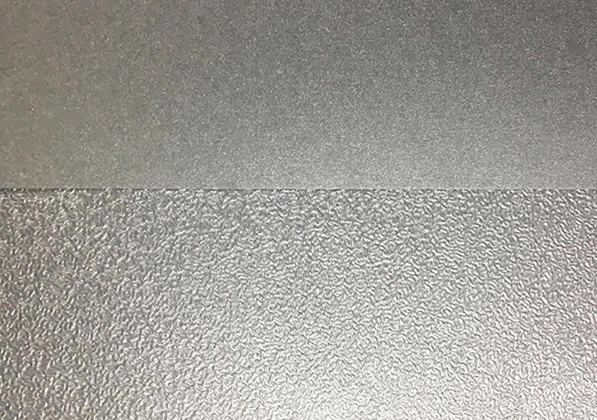 (写真1)写真上がエンボス加工前、下がエンボス加工後。 | 第12回「深くて面白い エンボス加工 の世界」 - 池ヶ谷紙工所 | 活版印刷研究所