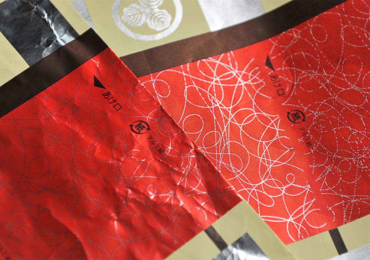 (写真2)装飾性の向上の例。写真右・エンボス加工後は光の反射が均一でなめらか。 | 第12回「深くて面白い エンボス加工 の世界」 - 池ヶ谷紙工所 | 活版印刷研究所
