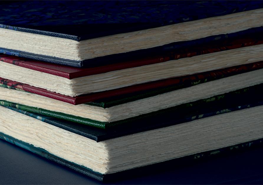 手漉き用紙を使用しているため、ざらっとした風合の小口 | Folio Society 出版社 - Miki Wang | 活版印刷研究所