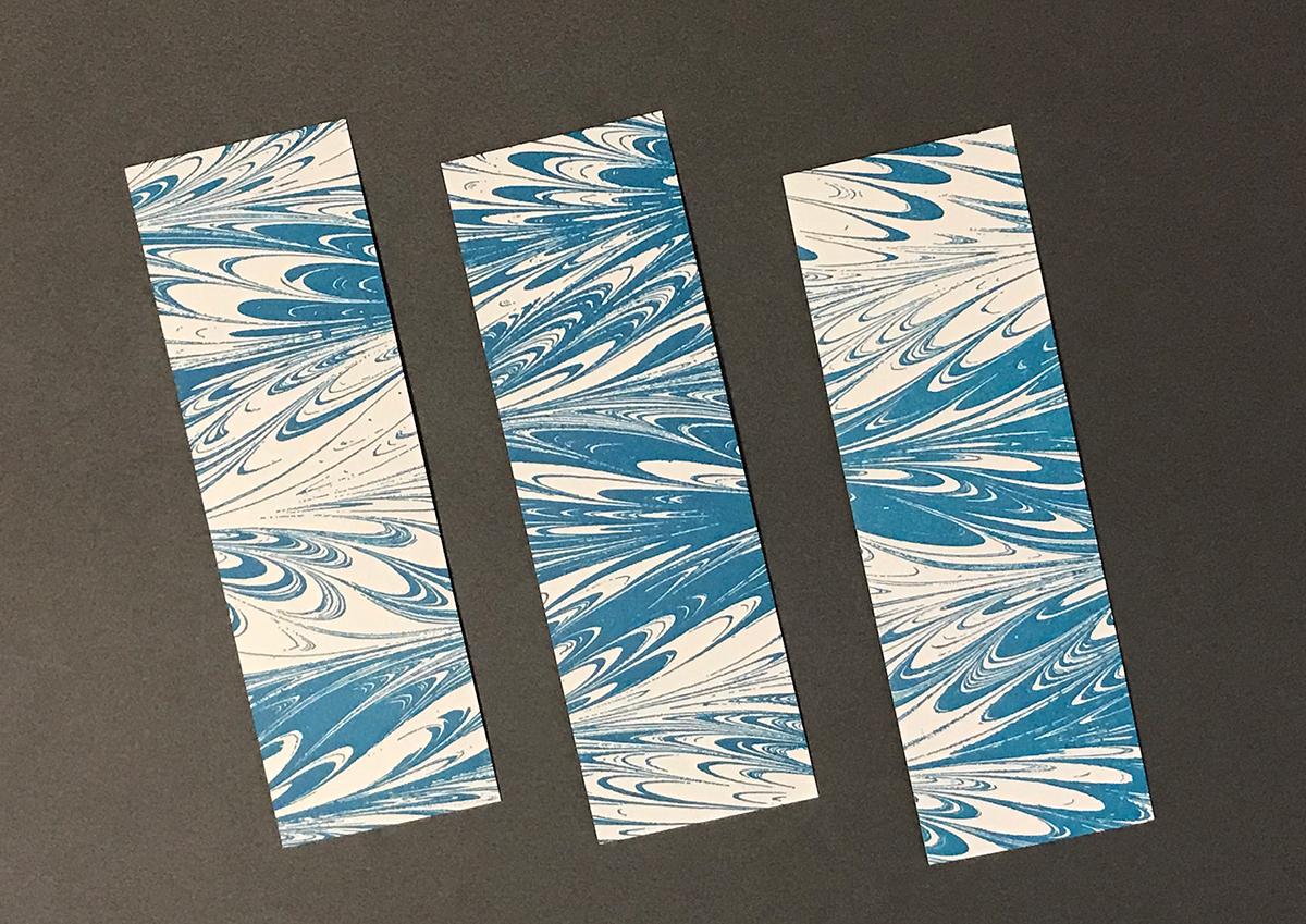 (写真22)しおりは大判の用紙で刷り、断裁加工して仕上げているので、1枚の用紙からいろいろな模様が表れる。 | 「 活版TOKYO 2018 」に行ってきました〈後編〉 - 生田信一(ファー・インク) | 活版印刷研究所