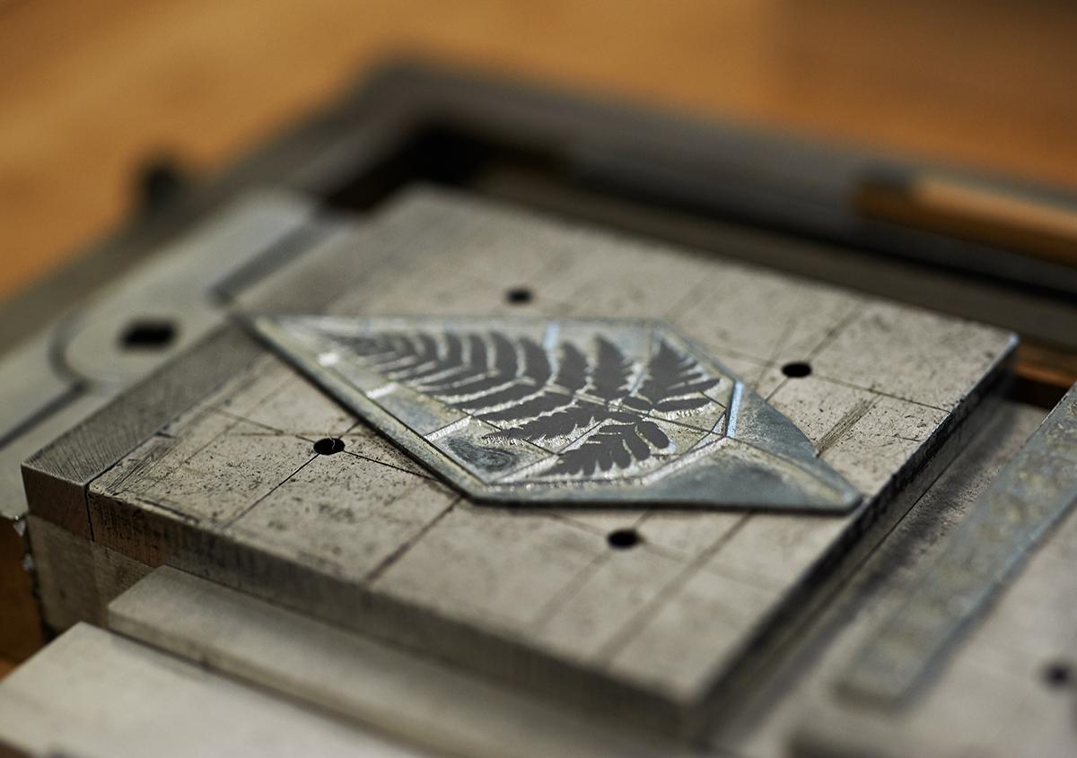 (写真13)印刷版の展示。亜鉛版は直方体の金属のブロックに固定され、印刷機にセットされるしくみ。繊細な図案が金属の凹凸で再現されているのがわかる。 | 個展「 植物標本と活版印刷 」を訪ねる - 生田信一(ファーインク) | 活版印刷研究所