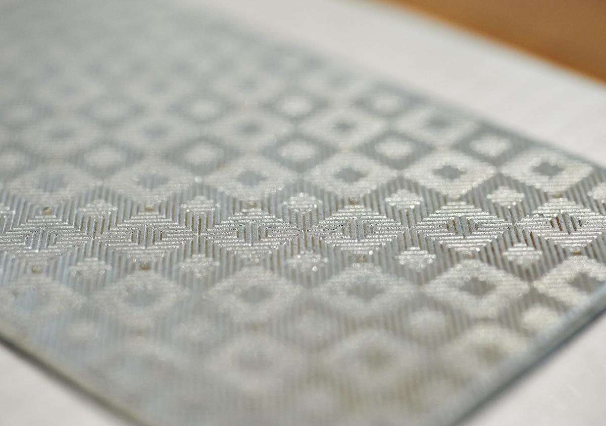 (写真14)印刷版の展示。亜鉛版は直方体の金属のブロックに固定され、印刷機にセットされるしくみ。繊細な図案が金属の凹凸で再現されているのがわかる。 | 個展「 植物標本と活版印刷 」を訪ねる - 生田信一(ファーインク) | 活版印刷研究所