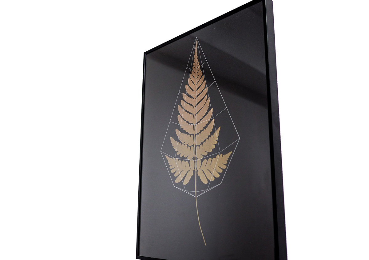(写真18)しだ植物を題材にしたポスター。刷り色のゴールドが重厚で美しい作品です。背景の黒と白のコントラストで、ゴールドの鮮やかさが際立っています。 写真:ALBATRO DESIGN | 個展「 植物標本と活版印刷 」を訪ねる - 生田信一(ファーインク) | 活版印刷研究所