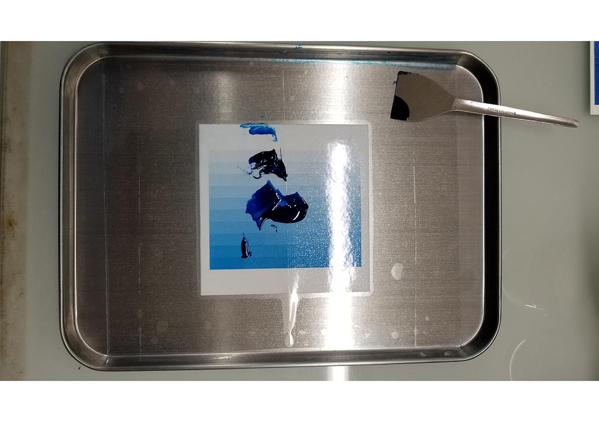 (写真4)インキを練ります | 活(い)きた版 「 凹凸紙への印刷 」 - (株)和光 | 活版印刷研究所