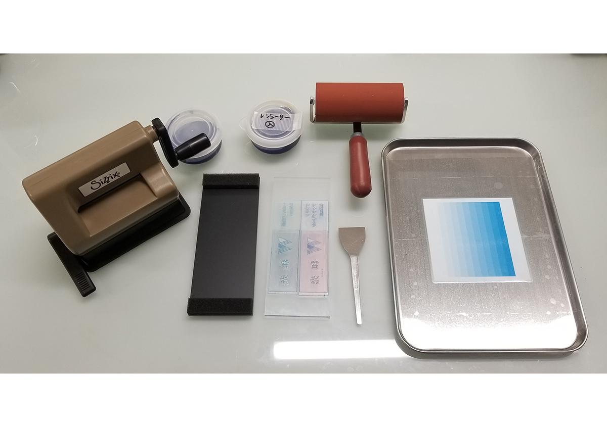 (写真3)使用する道具・印刷機 | 活(い)きた版 「 凹凸紙への印刷 」 - (株)和光 | 活版印刷研究所