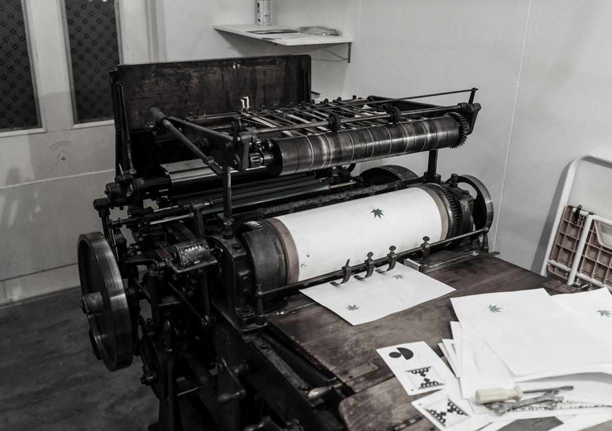 (写真2)手動、半手動、自動の印刷機器が並ぶ仕事場。名刺サイズからB4サイズのポスターが印刷できる環境が整っている。 | 活版印刷の技術で、複製できない価値を生み出す - 生田信一(ファーインク) | 活版印刷研究所