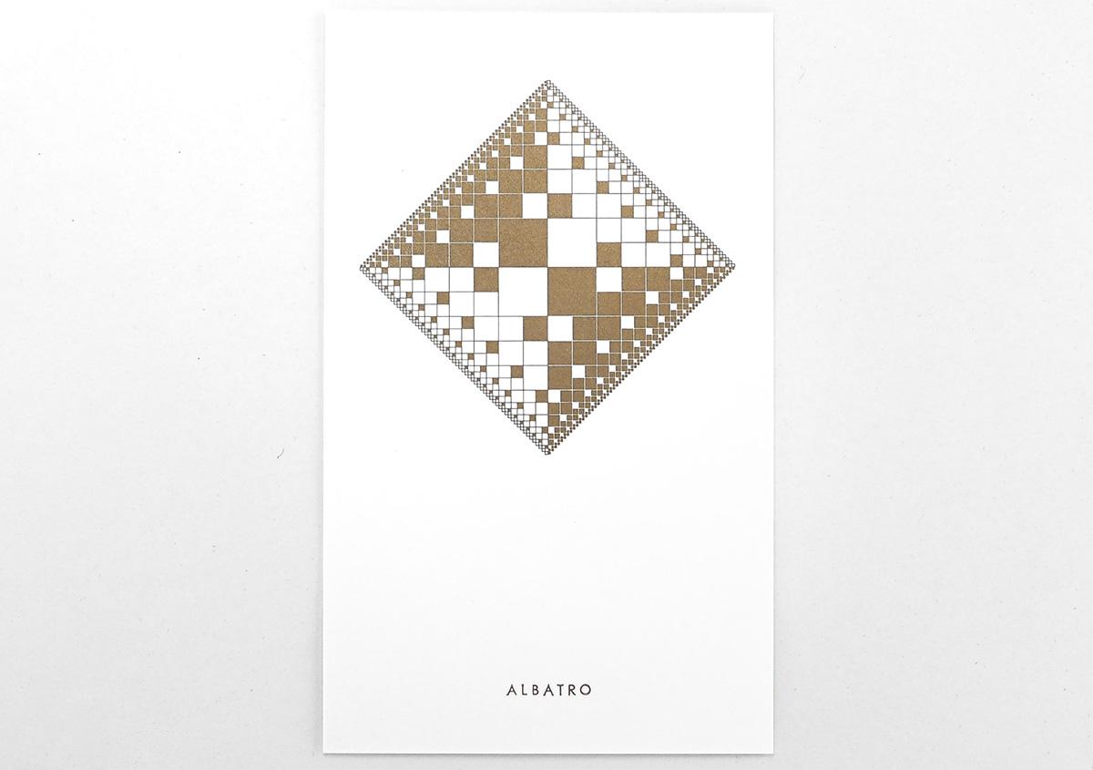 (写真25)複雑な図形に思えるが、基本となっているのは四角の幾何学図形だ。比率を変えて面、線を組み合わせ、全体にエンブレムのような風格を感じさせるグラフィックになっている。 | 活版印刷の技術で、複製できない価値を生み出す - 生田信一(ファーインク) | 活版印刷研究所